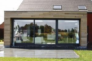 Une Extension De Maison Avec Une Structure Bois, Posée Sur Pilotis.